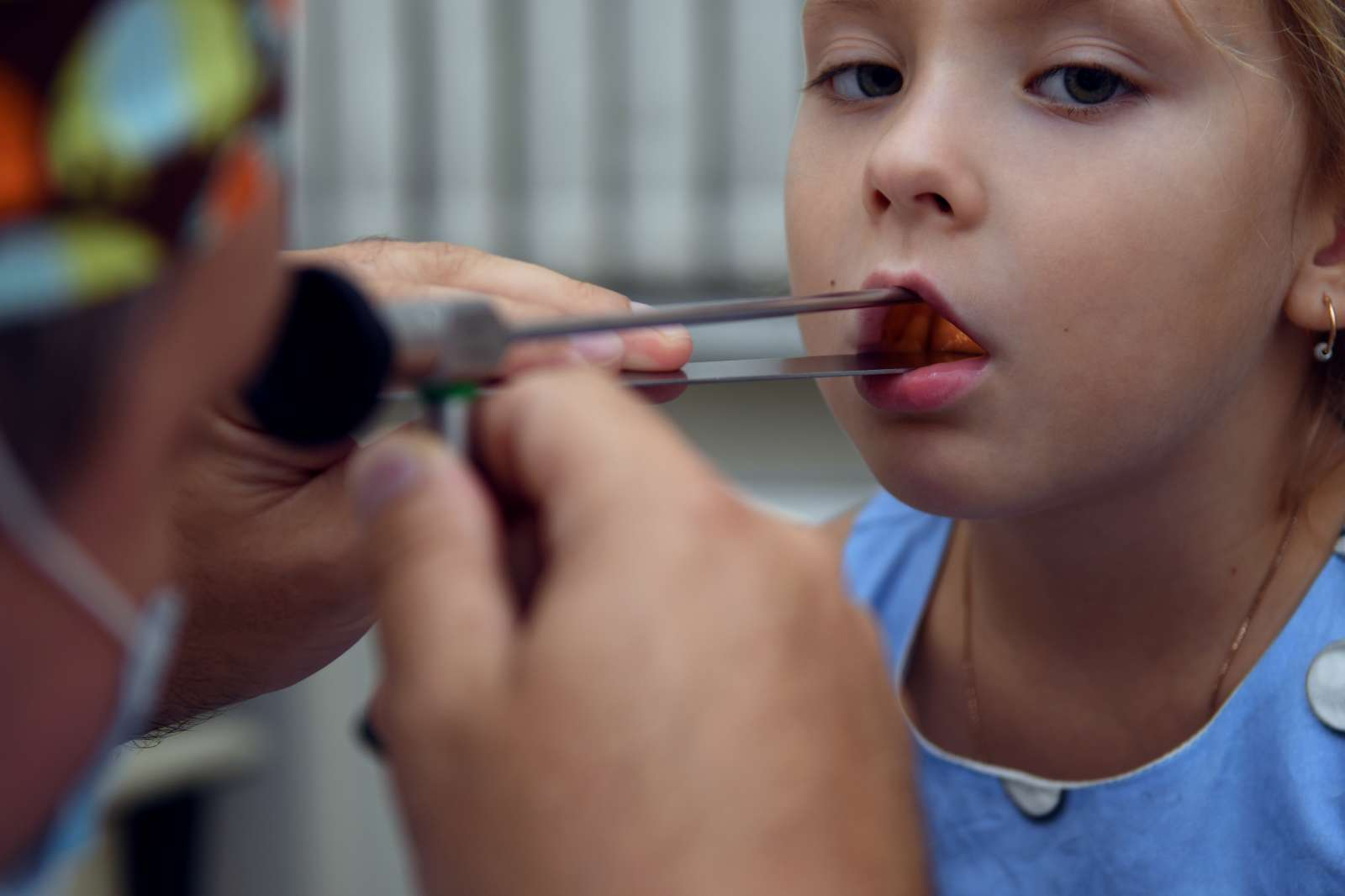 У ребенка температура болит горло осип голос thumbnail
